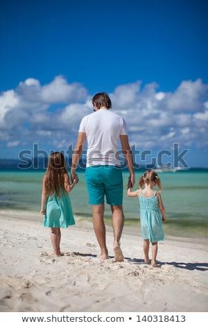 父 · 2 · 子供 · 徒歩 · 海 · 楽しむ - ストックフォト © travnikovstudio