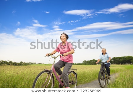 starszy · kobieta · jazda · konna · rowerów · parku · szczęśliwy - zdjęcia stock © kenishirotie