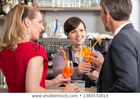 Serveerster cocktail glas man achteraanzicht gelukkig Stockfoto © Kzenon
