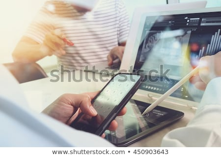 femme · d'affaires · médias · séduisant · séance · table - photo stock © -baks-
