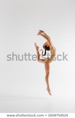 Giovani bella ballerino di danza classica beige costume da bagno posa Foto d'archivio © doodko