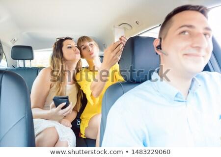 Mujeres taxi toma teléfonos medios de comunicación social mujer Foto stock © Kzenon
