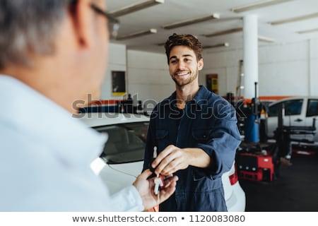 Mecánico de automóviles clave hombre coche tienda auto Foto stock © dolgachov