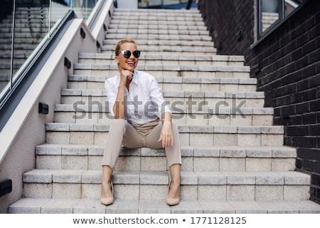 Foto stock: Sesión · escaleras · mujer · de · negocios · tableta · taza · de · café · negocios