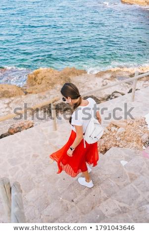 seuls · femme · rouge · shirt · bord · jeune · femme - photo stock © stevanovicigor