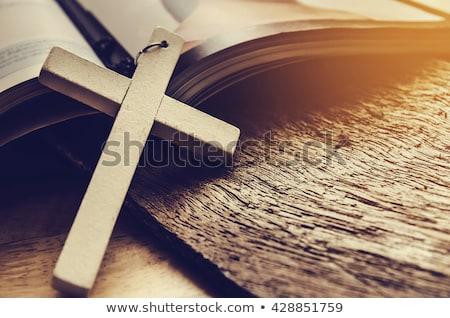 Kereszt Biblia fából készült gyöngy rózsafüzér nyitva Stock fotó © lubavnel