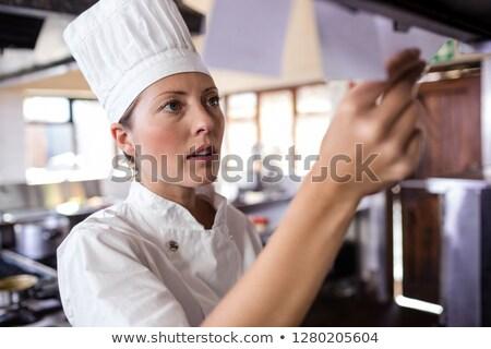 Stok fotoğraf: Kadın · şef · bakıyor · sipariş · liste · mutfak