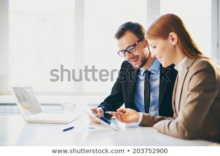 Glimlachend zakenvrouw tablet gericht man werken Stockfoto © deandrobot