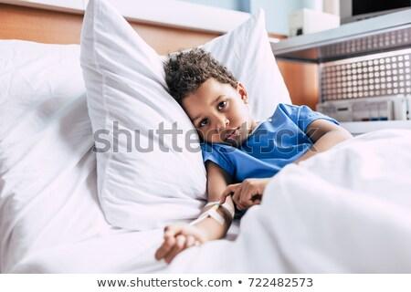 Doente pequeno menino cama de hospital mão médico Foto stock © Lopolo