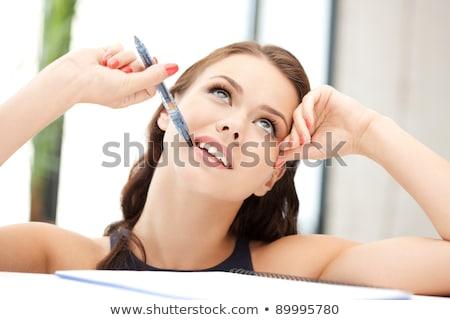Otimista mulher jovem escrita notas caderno foto Foto stock © deandrobot