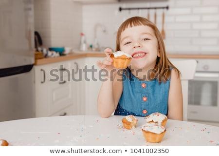 aanbieden · cake · vrouwelijke · hand · plaat · voedsel - stockfoto © Hofmeester