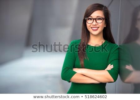 Glimlachende vrouw bril permanente armen gevouwen geïsoleerd Stockfoto © deandrobot