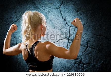 Stockfoto: Atletisch · jonge · vrouw · tonen · spieren · Maakt · een · reservekopie · bezweet