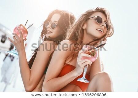 Gelukkig meisje vrienden dranken zwembad gelukkig vriendin Stockfoto © Yatsenko