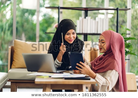 mujer · usando · la · computadora · portátil · ordenador · portátil · de · trabajo - foto stock © monkey_business