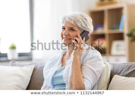 シニア 女性 眼鏡 呼び出し スマートフォン 技術 ストックフォト © dolgachov
