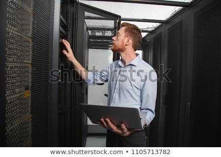 técnico · computador · homem · cabos · problema - foto stock © smithore