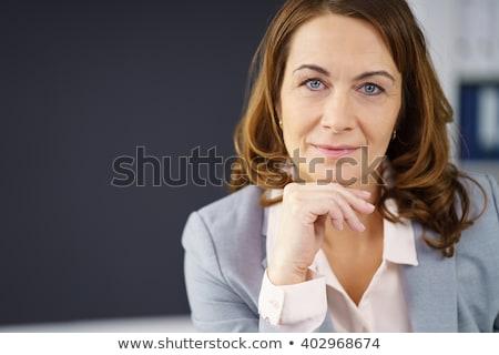 Peinzend vrouw naar camera meisje Stockfoto © deandrobot