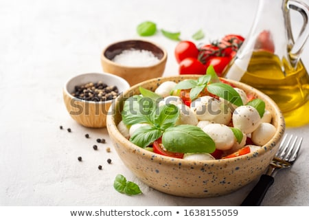 Ensalada caprese tomates albahaca mozzarella superior vista Foto stock © karandaev