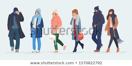 Jeune femme hiver vêtements permanent tapant un message Photo stock © papa1266