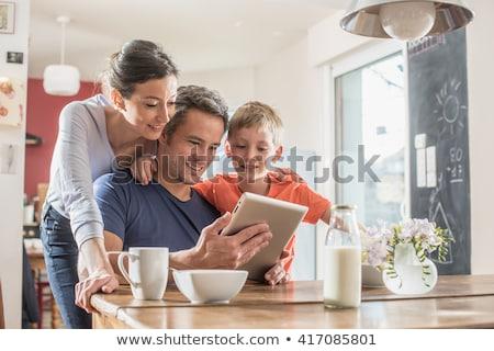 Foto stock: Hijo · de · padre · digital · tableta · cocina · casa · amor
