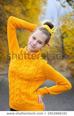 かなり · 少女 · プルオーバー · 立って · 秋 · 公園 - ストックフォト © Alones