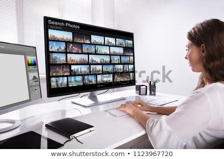 Editor zoeken foto's tablet jonge mannelijke Stockfoto © AndreyPopov