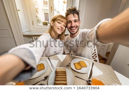 család · elvesz · okostelefon · reggeli · technológia · emberek - stock fotó © dolgachov