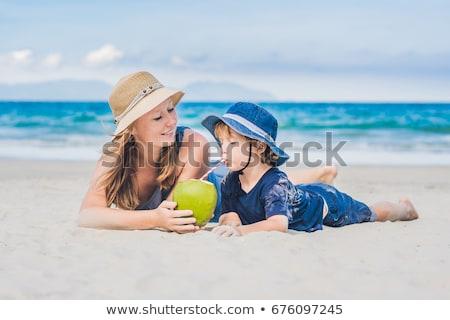 Moeder zoon genieten strand drinken kokosnoot Stockfoto © galitskaya