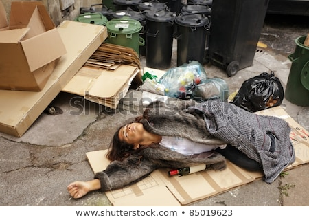 Foto stock: Bêbado · mulher · lixo · cartão · cidade · beber