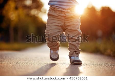 első · séta · aranyos · baba · tanul · család - stock fotó © ruigsantos