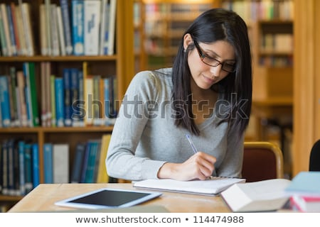 Vrouw studeren bibliotheek papier notebook bureau Stockfoto © wavebreak_media
