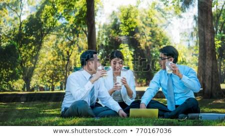 Groep jongeren koffie buiten park een vrouw Stockfoto © dashapetrenko