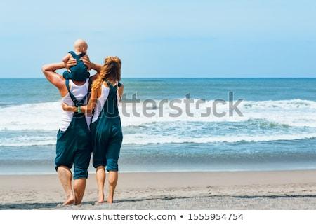 Gelukkig baby vergadering schouders strand naar Stockfoto © Len44ik