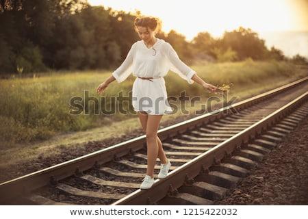 Ragazza bilanciamento treno ferroviario attrattivo Foto d'archivio © artfotodima