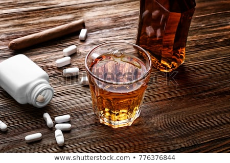 Botella alcohol pastillas mesa drogas abuso Foto stock © dolgachov