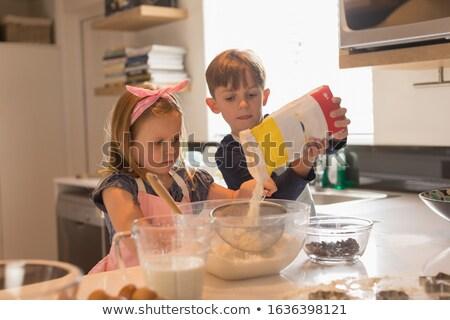 Stok fotoğraf: Görmek · sevimli · kardeşler · fırında · pişirmek