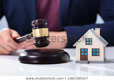 Juez martillo casa modelo primer plano mano Foto stock © AndreyPopov