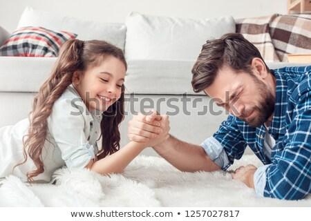 Familie arm worstelen komische vrouw handen hand Stockfoto © ongap