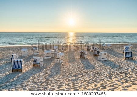 Strandszékek Balti-tenger tipikus Németország tengerpart égbolt Stock fotó © elxeneize