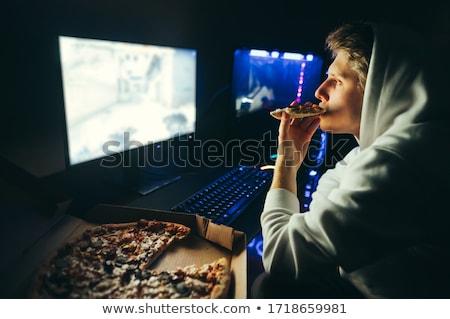 Spelen computerspel eten pizza donkere kamer Stockfoto © deandrobot