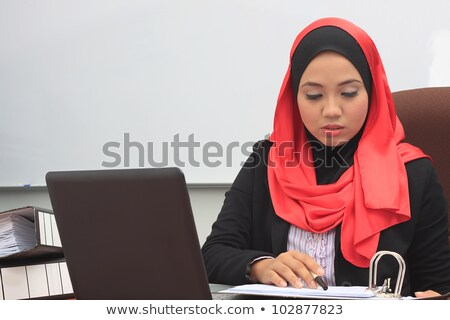 zakenvrouw · armen · gevouwen · pak · glimlachend - stockfoto © rastudio
