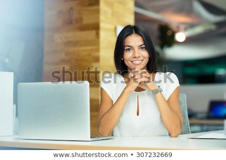 Retrato mujer sonriente sesión mesa cocina alimentos Foto stock © wavebreak_media