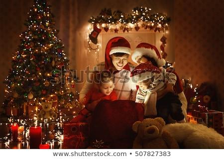 küçük · kız · açılış · Noel · sunmak · kanepe · aile - stok fotoğraf © kzenon