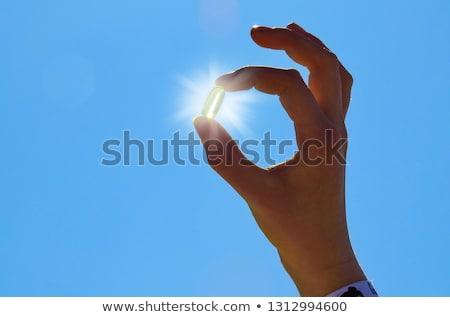 Witamina d słońca pigułki ręce otwarcie kapsułka Zdjęcia stock © unikpix