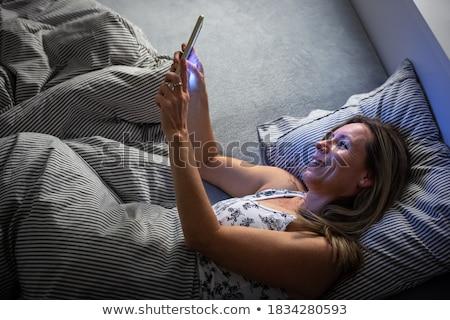 Ziemlich Frau Tablet-Computer Schlaf Bett Stock foto © lightpoet