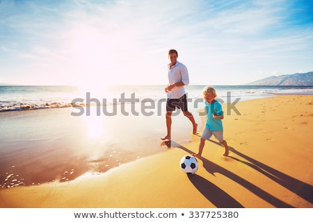 Foto d'archivio: Famiglia · felice · padre · due · bambini · giocare · calcio · spiaggia