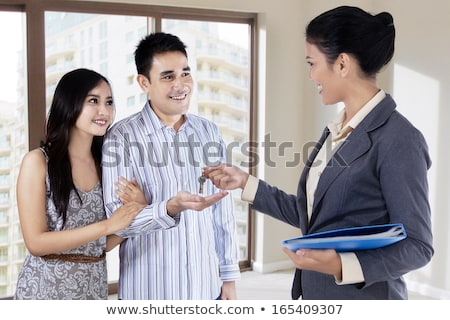 latino · vrouwelijke · makelaar · sleutels · opgewonden · paar - stockfoto © feverpitch