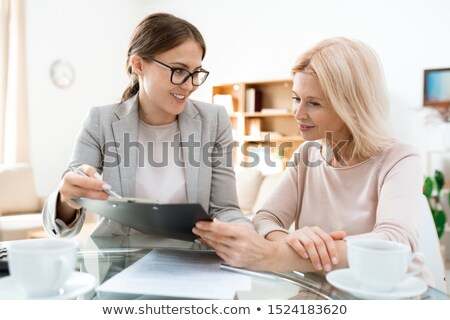 Szczęśliwy młodych konsultant dojrzały kobiet Zdjęcia stock © pressmaster