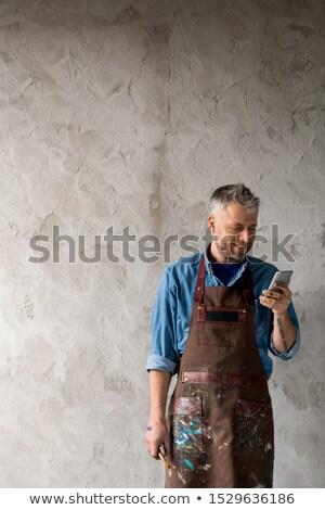 Gelukkig professionele schilder werkkleding smartphone Stockfoto © pressmaster
